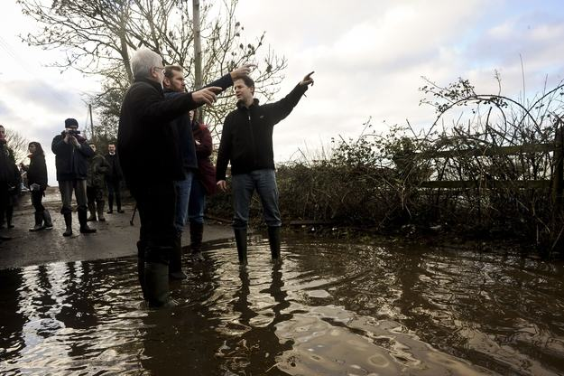 Heres A Bunch Of Concerned Looking Politicians Staring At Floods enhanced 19997 1392130741 3