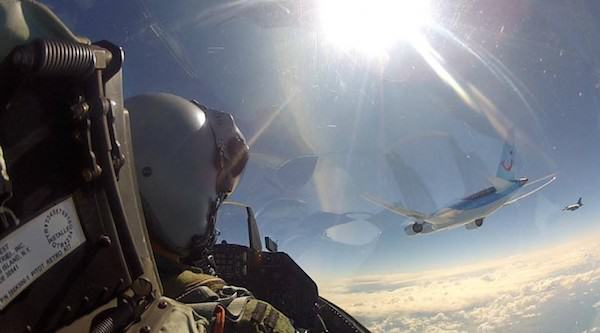 Fighter Jet Pilot Takes Incredible Selfie Next To Boeing 787 RNlAF Demo with 787 back e1402356416679 685x380
