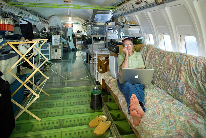 retired boeing 727 recycled home bruce campbell 1 This Man Lives In A Boeing 727 In The Middle Of The Woods