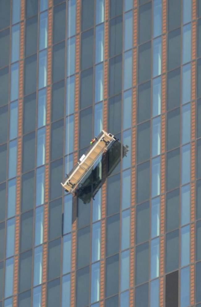 ad 142144035 Window Cleaners Hang On For Life At 820 Feet As Cradle Breaks