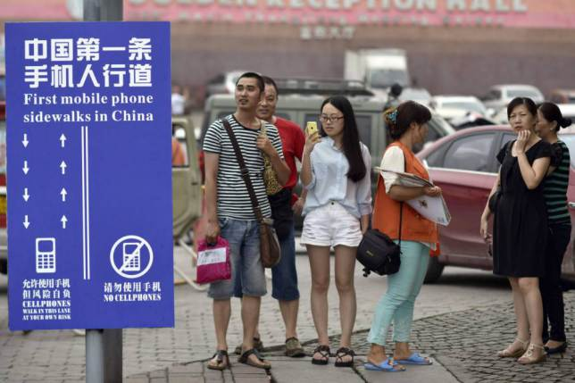 ad 1459113091 China Creates Separate Walking Lane For Smartphone Users