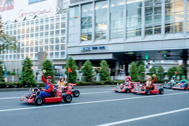 mariokart irl 11 1114 lgn This Real Life Mario Kart Race Through The Streets Of Tokyo Is Awesome
