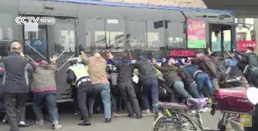 Man Trapped Under Bus Has It Lifted Off Him By Hero Passengers bus picked up 2