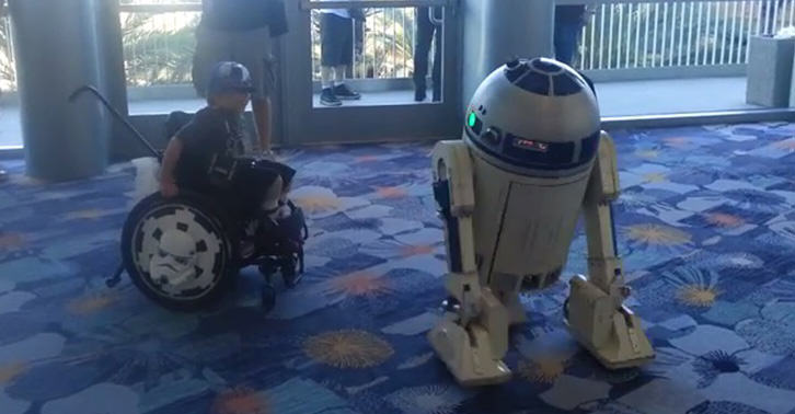 TN111 Little Lad In Wheelchair Dances With R2 D2 At A Star Wars Convention