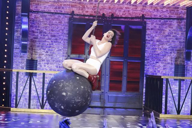anne 640x426 Anne Hathaway Lip Syncing To Miley Cyrus Is Both Brilliant And Very, Very Hot
