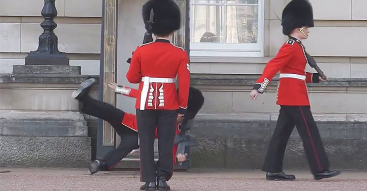 thumb1 Queens Guard Lad Embarrassingly Falls Over In Front Of Everyone