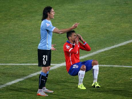 Edinson Cavani5 Edinson Cavani Sees Red When Opponent Sticks Finger Up His Backside