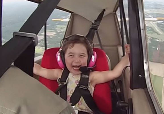 lea web Four Year Old Girl Goes On First Aerobatic Flight, Is A Total Boss
