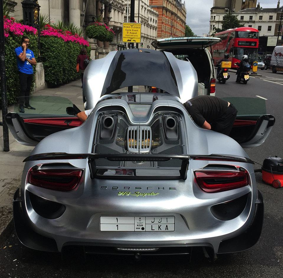 Rich Guy Gets £1m Car Cleaned On One Of London's Busiest Roads