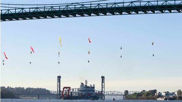 e008c5d545fb62a34b4f8667d19e83e3 Activists Dangle Off Portland Bridge And Block Off Shell Oils Arctic Bound Ship