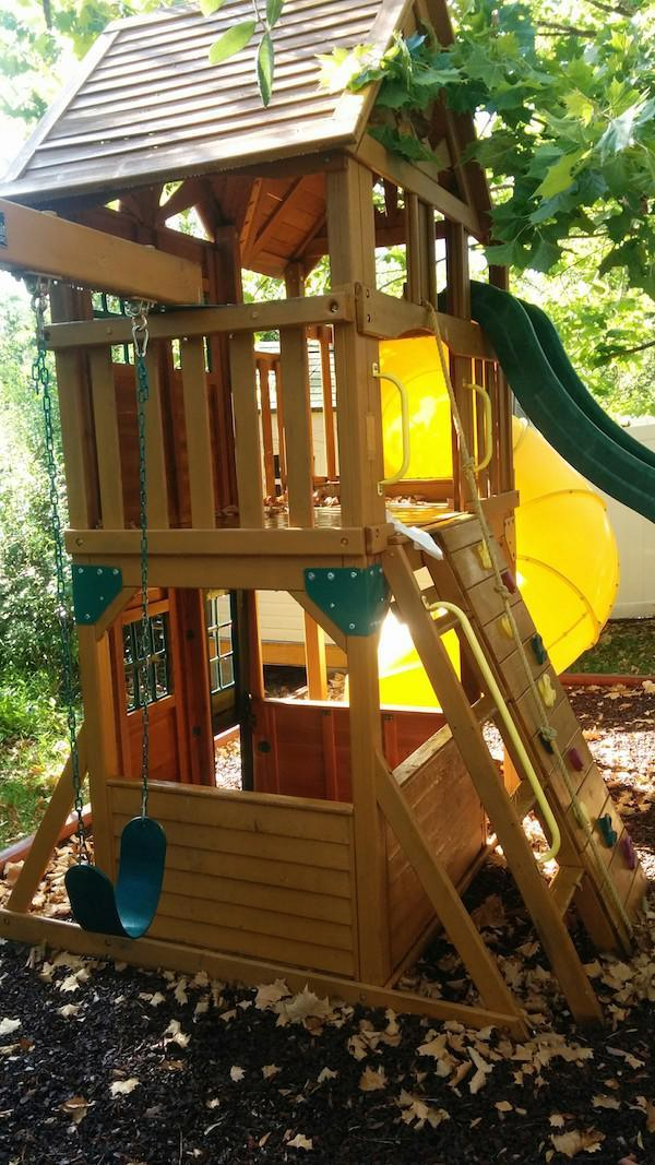 fort2 Creative Dad Turns Playset Into BADASS Fort