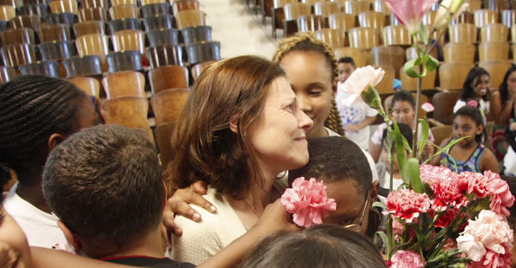 schoollllll This Amazing School Choir Surprised Their Teacher After Her Cancer Diagnosis