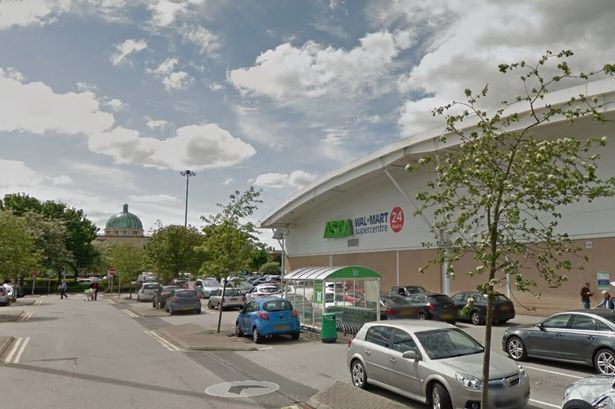 UNILAD HXrOnHLiIYDQ Conman Walks Into Asda In Suit, Walks Out With £40,000
