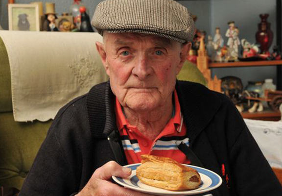 Wetherspoon Regular, 89, Barred For Bringing His Own Sausage Roll To Establishment UNILAD jGql2zJfhkFuS