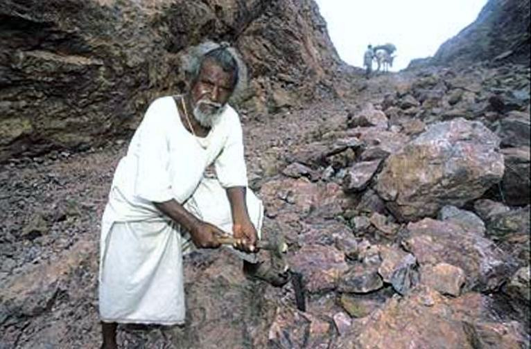 UNILAD manjhi real 14 Man Spent 22 Years Carving Way Through Mountain After His Wife Died