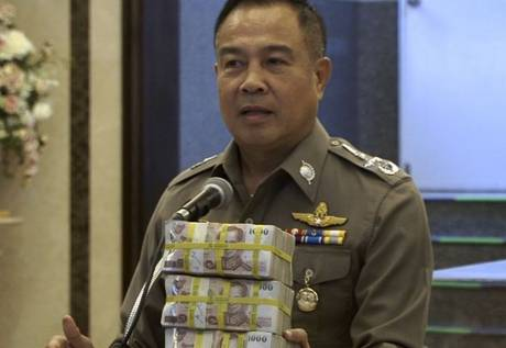 Thai Police Make Arrest Without Help, Give Themselves Cash Reward UNILAD thai44