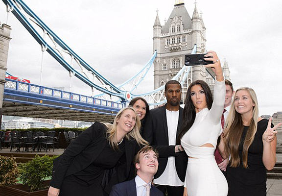 UNILAD yuNi6G7j2k1l Kim And Kanye Waxworks Confuse Commuters In Central London