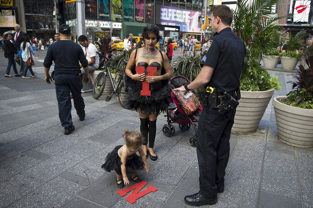 UNILAD Street performer Maria Diaz reuters5 Topless Street Performer Criticised For Bringing Her Toddler To Work