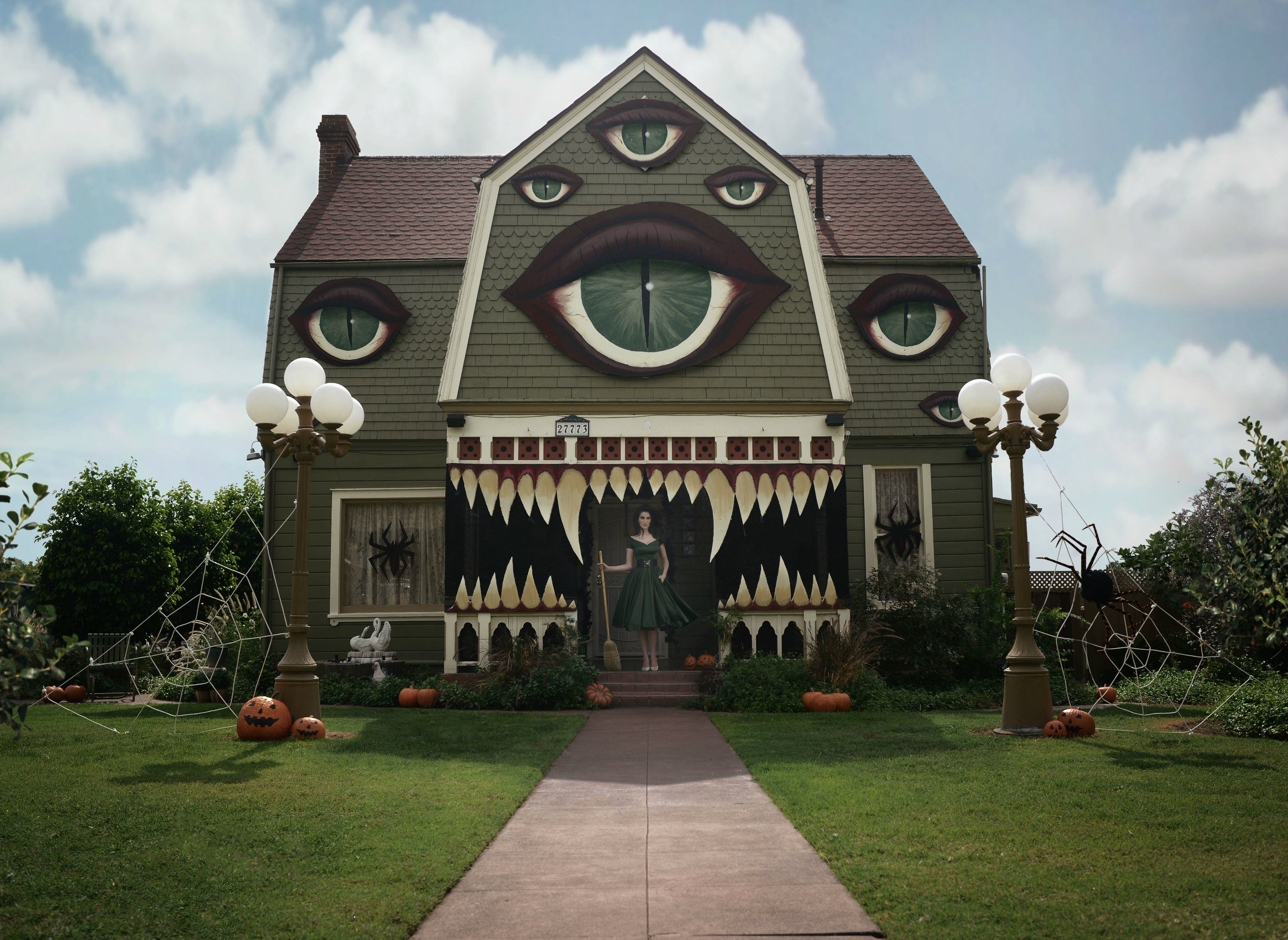 UNILAD KbwPb6Y21771 Girl Goes All Out Decorating Her Parents House For Halloween