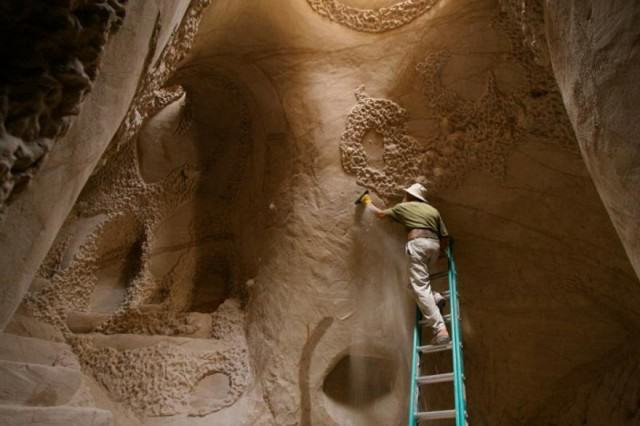 UNILAD cave482711 640x426 Lad Spends 25 Years In The Desert Carving Out Sandstone Caves