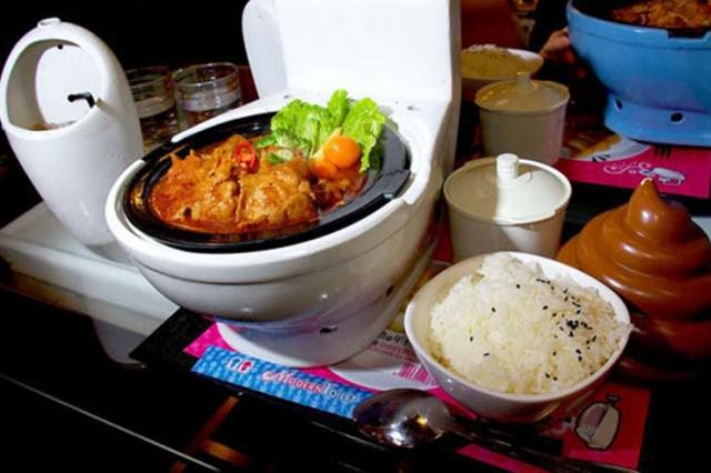 UNILAD gross87323 640x426 People Are Eating In Toilet Themed Restaurants In Weird New Trend