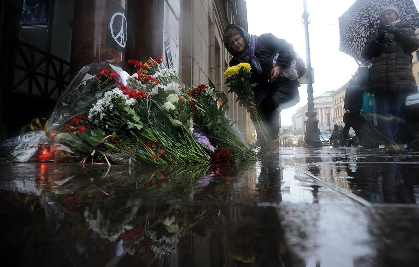 UNILAD paris memorials 1123546 Heres How Cities Around The World Mourned And Memorialised The Paris Attack Victims