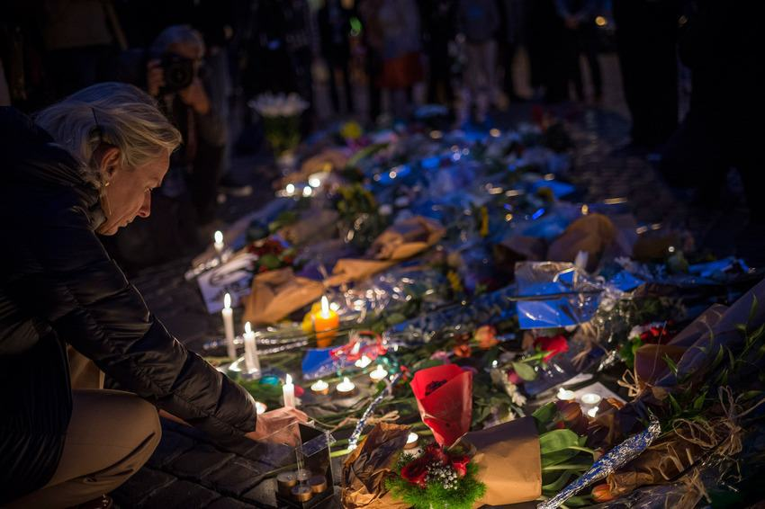 UNILAD paris memorials 3203 Heres How Cities Around The World Mourned And Memorialised The Paris Attack Victims