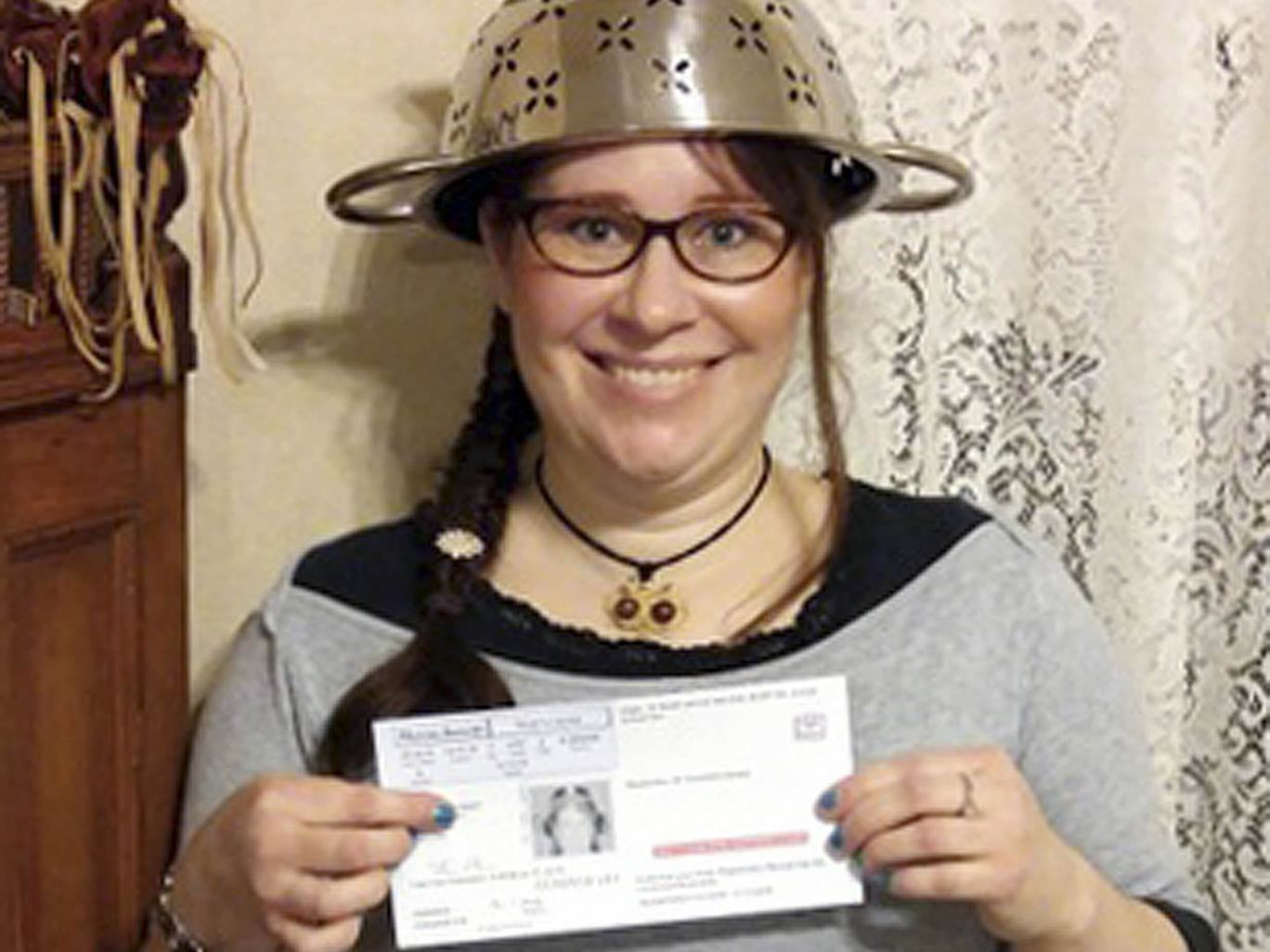 UNILAD pasta head 165030 Woman Allowed To Wear Pasta Strainer On Head In Driving License Photo On Religious Grounds