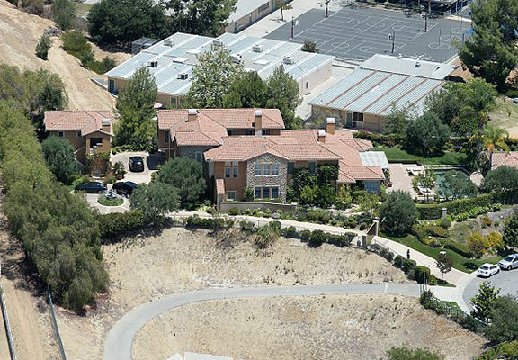 UNILAD selena mansion 859643 Stalker Threat Forces Selena Gomez To Put Her $4.5 Million Mansion Up For Sale