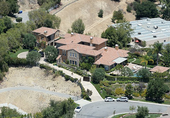 UNILAD selena mansion 988967 Stalker Threat Forces Selena Gomez To Put Her $4.5 Million Mansion Up For Sale