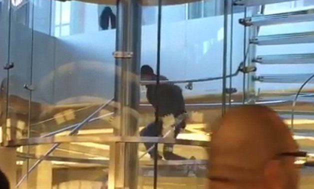 apple 1 Man Terrorises Customers In Flagship Apple Store With Samurai Sword