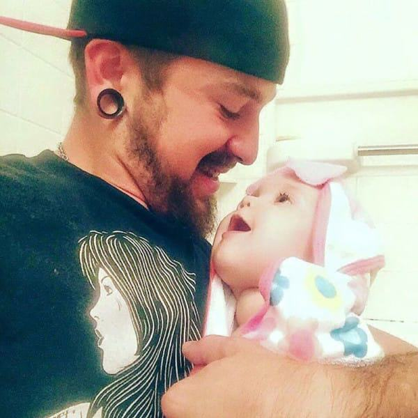 dad 51 Single Dad, 21, Raises Baby Daughter Alone After Mum Leaves Them
