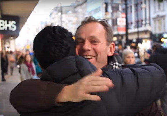 muslim hug WEB 2 A British Muslim Offered Free Hugs To People, This Is What Happened