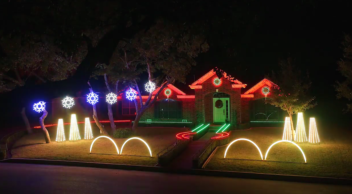 Screen Shot 2015 12 06 at 18.13.26 Family Home Lit Up By Incredible Dubstep Christmas Light Show