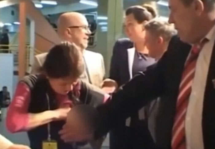 milk1 Woman Protests Dull Meeting By Spraying Colleagues With Breast Milk