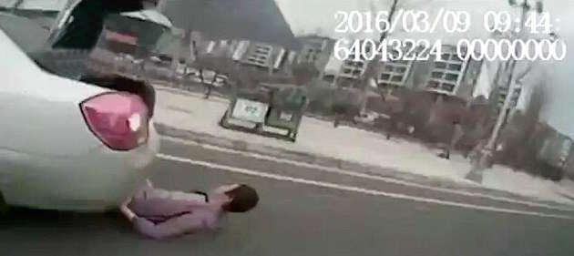 326B44F900000578 3502429 image a 10 1458562337379 1 Shocking Moment Illegal Taxi Driver Runs Over Their Own Customer