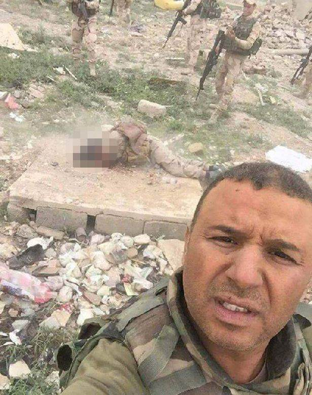 Iraqi army takes selfies with ISIS captive before executing him Iraqi Troops Capture ISIS Fighter, Ask Internet How He Should Die