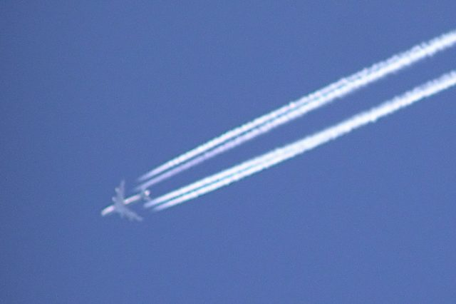 Contrail.bristol.four engined.arp  640x426 Strange Aircraft Stuns Onlookers After Leaving Weird Vapour Trail