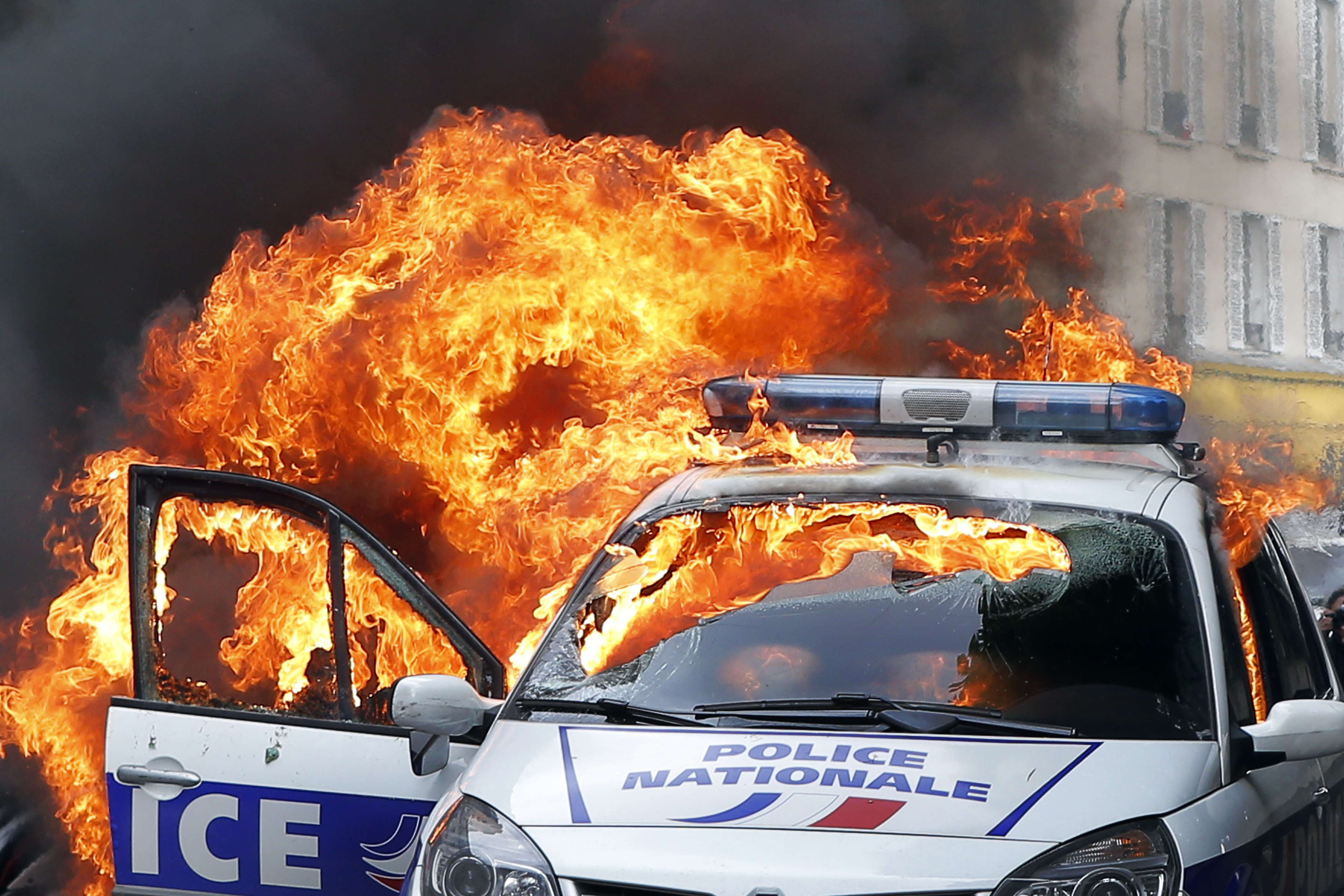 carfire1 Dramatic Footage Shows Mob Torching Police Car With Officers Inside