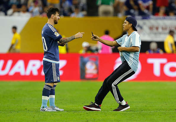 Messi Invader Getty Lionel Messi Pitch Invader Live Tweets And Records Entire Thing