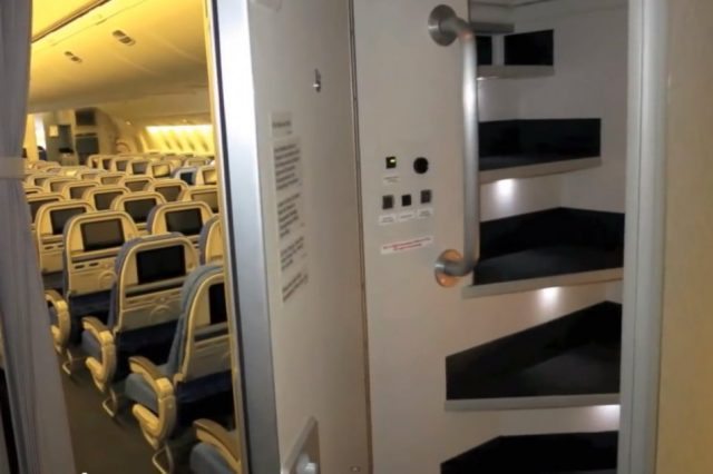 S6azYuQ 640x426 Revealed: The Secret Room On Airplanes Just For Flight Attendants