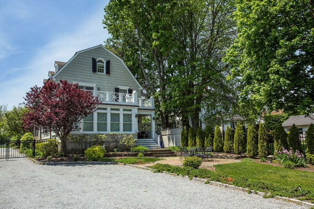 am5 The Real Amityville Horror House Up For Sale, Take A Look Inside