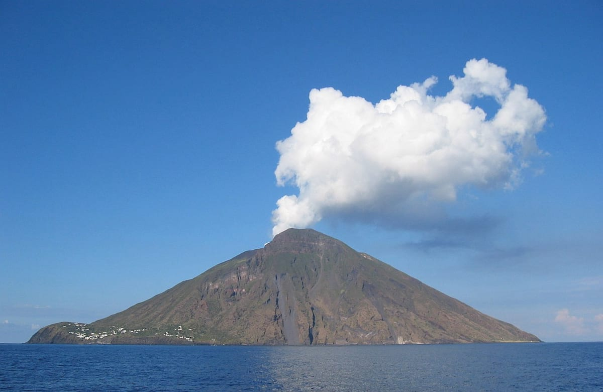 51848UNILAD imageoptim DenglerSW Stromboli 20040928 1230x800 100 Earthquakes In Tenerife Spark Fears Of Super Volcano Eruption