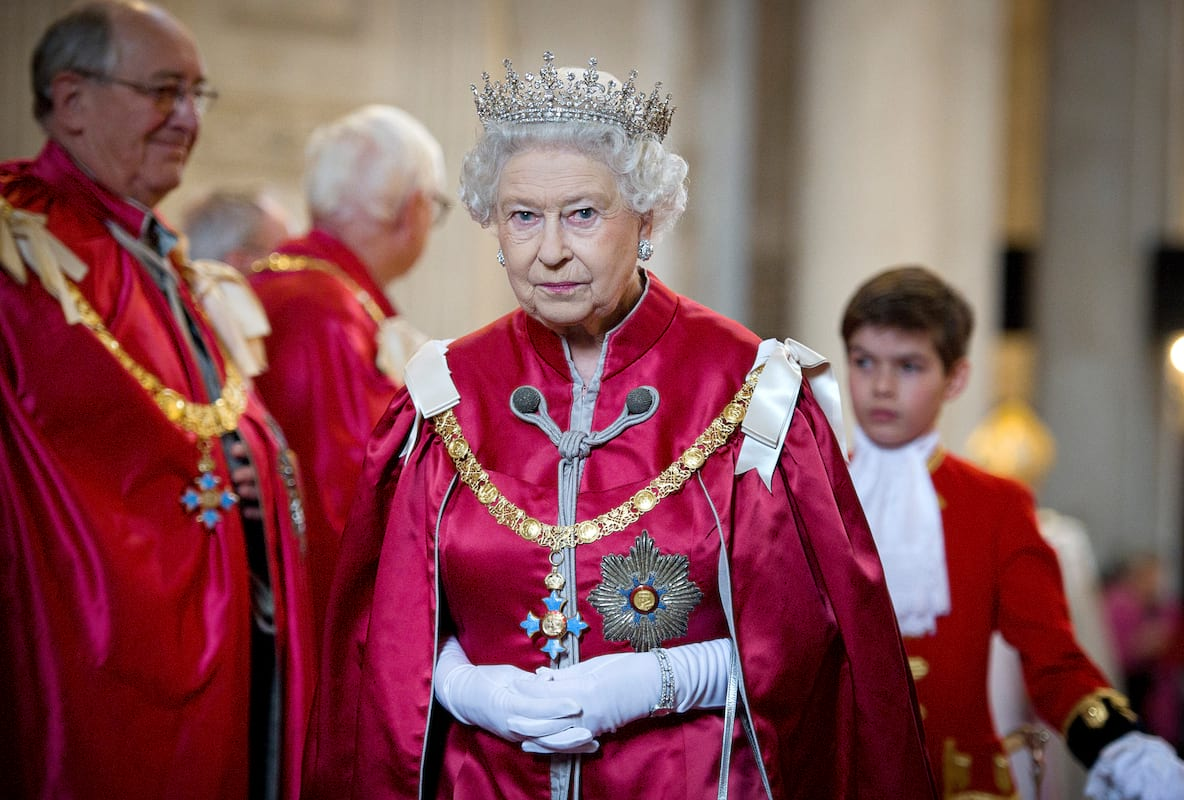 62207UNILAD imageoptim GettyImages 140841375 Queen Almost Shot By Guardsman While Taking A Walk